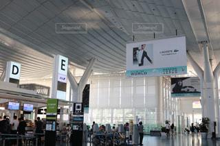 空港で荷物を持つ人々 のグループの写真・画像素材[1233898]