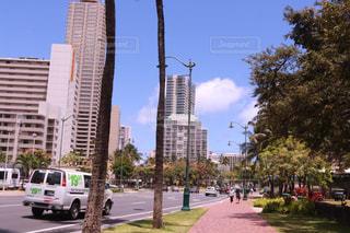 近くに忙しい街の通りのの写真・画像素材[1233943]