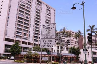 街の通り上のポール上の標識の写真・画像素材[1233944]