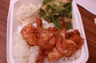 皿のご飯肉と野菜料理の写真・画像素材[1233967]