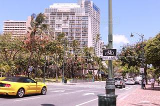 近くに忙しい街の通りのの写真・画像素材[1233974]