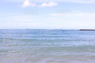 海の横にある水の体の写真・画像素材[1233997]