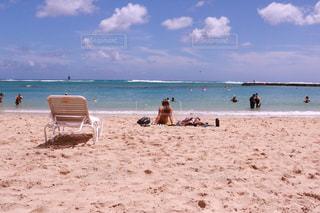 ビーチに座っている人々 のグループの写真・画像素材[1234007]
