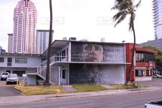 道の端に標識のあるビルの写真・画像素材[1234305]
