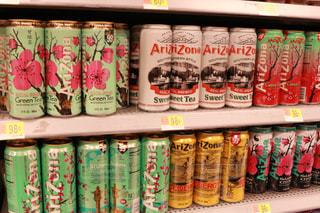 棚にソーダの缶の写真・画像素材[1234334]