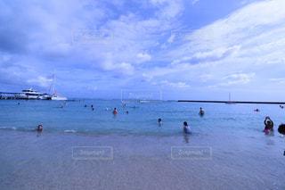 水の体の近くのビーチの人々 のグループの写真・画像素材[1234349]