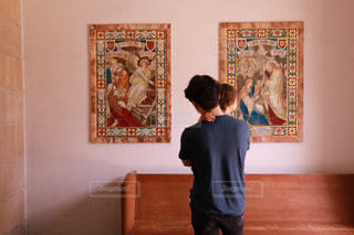 部屋の中の少年の絵の写真・画像素材[1234359]
