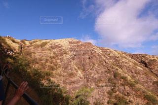 岩の上に立っている人の写真・画像素材[1234369]