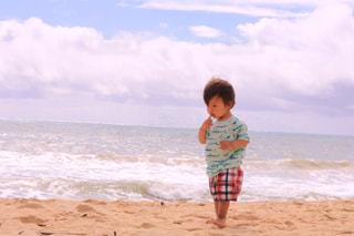 ビーチでカイトを飛行少年の写真・画像素材[1234379]