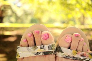 ビビットピンクとイエローのタイダイの上にお花を書きました。の写真・画像素材[1276682]