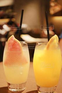 オレンジ ジュースのガラスの写真・画像素材[1311840]