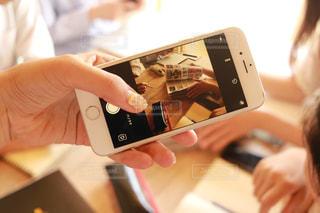 携帯電話を持つ手の写真・画像素材[1318698]