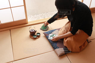 テーブルに座っている人の写真・画像素材[1318704]