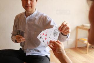 テーブルに座っている人の写真・画像素材[1318779]
