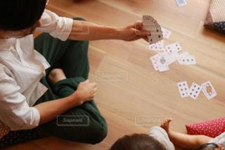 テーブルに座っている小さな子供の写真・画像素材[1318785]