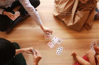テーブルに座っている人々 のグループの写真・画像素材[1318789]