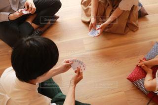 テーブルに座っている人々 のグループの写真・画像素材[1318794]