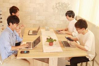 テーブルに座っている人々 のグループの写真・画像素材[1318852]