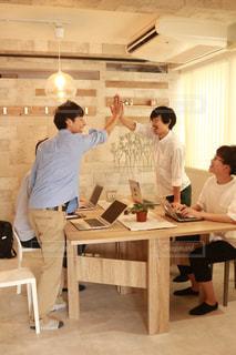 キッチンに立っている人のグループの写真・画像素材[1318853]