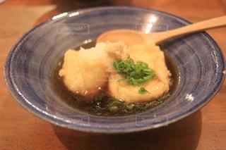 板の上に食べ物のボウルの写真・画像素材[1355495]