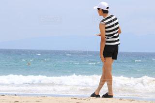 砂浜の上に立っている人の写真・画像素材[1374101]