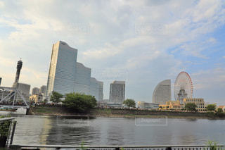 バック グラウンドで市と水の体の上の橋の写真・画像素材[1379096]