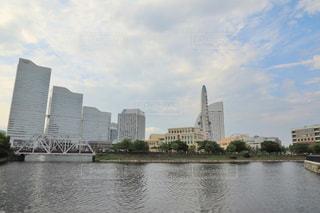 バック グラウンドで市と水の体の上の橋の写真・画像素材[1379100]