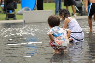 水中で立っている少年の写真・画像素材[1379103]