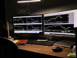 デスクトップ コンピューターのモニターを机の上に座っています。の写真・画像素材[1400307]