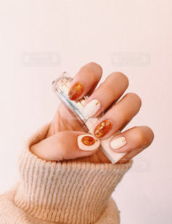 アイス クリーム コーンを持っている手の写真・画像素材[1436838]