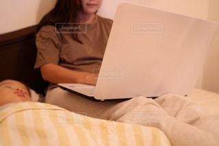 ベッドの上で横になっている人の写真・画像素材[1440895]