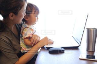 ノート パソコンを見ている子の写真・画像素材[1441670]