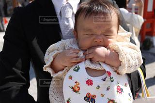 赤ん坊を持っている人の写真・画像素材[1450444]