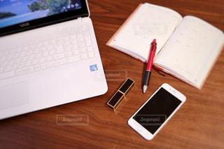 木製テーブルの上に座っているラップトップ コンピューターの写真・画像素材[1475922]