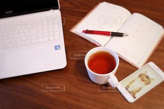 木製テーブルの上に座っているラップトップ コンピューターの写真・画像素材[1475923]