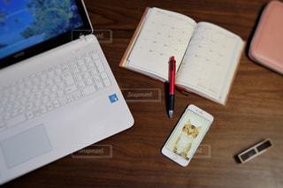 木製テーブルの上に座っているラップトップ コンピューターの写真・画像素材[1475928]