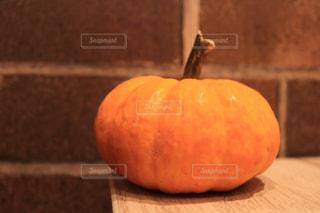木製のテーブルの上に座ってオレンジを 2 個の写真・画像素材[1487961]