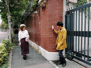 フェンス付近の歩道上の人々 のグループの写真・画像素材[1534184]