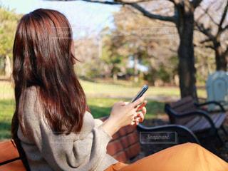 携帯電話で通話中の女性の写真・画像素材[1588217]