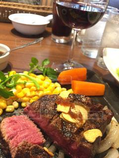 テーブルの上に食べ物のプレートの写真・画像素材[1596200]