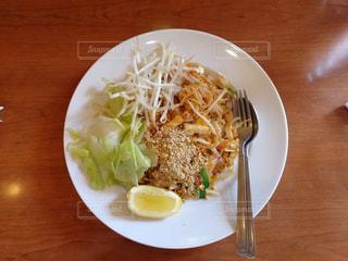 木製のテーブルの上に食べ物のプレートの写真・画像素材[1597092]