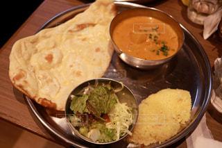 テーブルの上に食べ物のボウルの写真・画像素材[1604312]