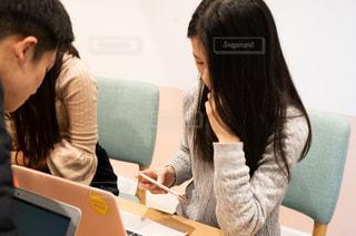 ラップトップ コンピューターを使用してテーブルに座っている人々 のグループの写真・画像素材[1651095]