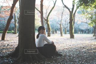 木の隣に立っている人の写真・画像素材[1651109]