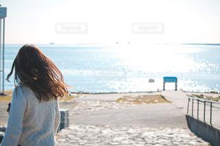ビーチの前に立っている人の写真・画像素材[1680937]