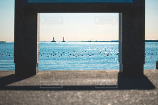 水の体の横にあるビーチの景色の写真・画像素材[1680938]