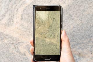 携帯電話を持つ手の写真・画像素材[1698879]