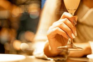 近くのテーブルに座っている人のの写真・画像素材[1698885]