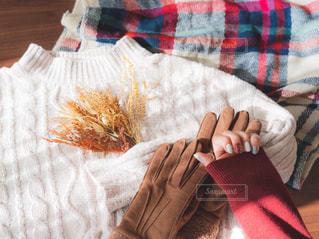 カラフルな毛布を持っている人の写真・画像素材[1701331]