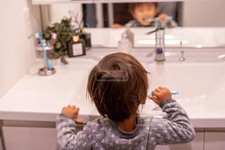 鏡の前で座っている女の子の写真・画像素材[1712937]